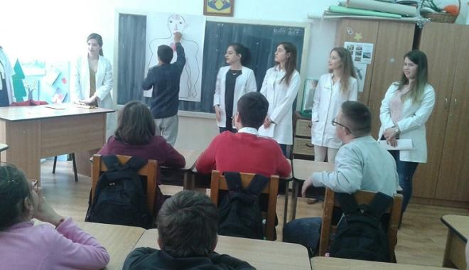 """Foto: Activităţi organizate  de studenţii medicinişti pentru elevii Centrului """"Delfinul"""""""