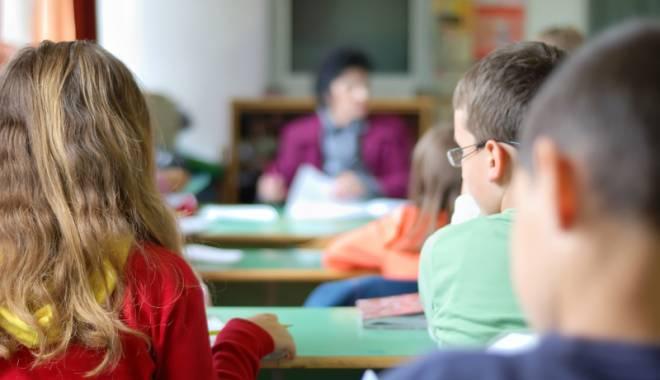 """Foto: Director de şcoală acuzat că îşi bate elevii: """"Îi face idioţi, tâmpiţi, proşti… Copiii sunt speriaţi!"""""""