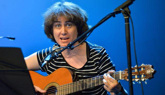 """Foto: Ada Milea cântă în clubul """"Doors"""" din Constanţa"""