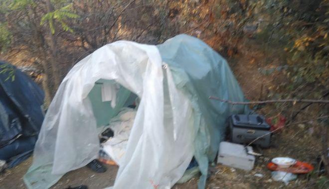 Adăposturile improvizate de pe Valea Portului, desfiinţate de lucrătorii de la salubrizare şi poliţiştii locali - adaposturileimprovizate3-1539241636.jpg