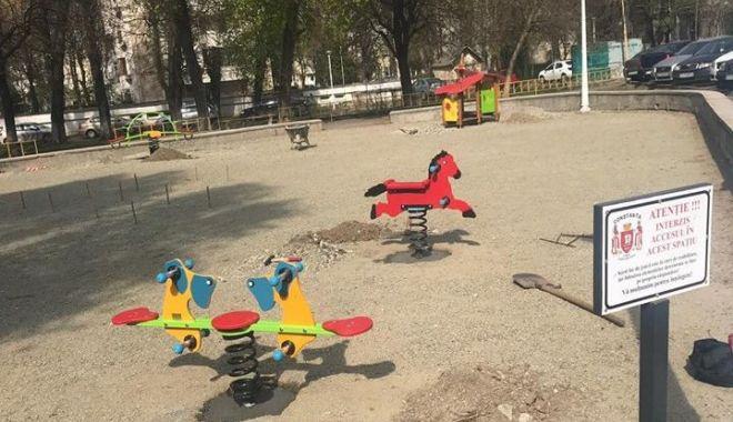 Foto: Administrația locală amenajează noile locuri de joacă pentru copii