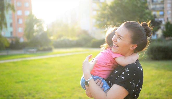 Foto: O mare NEDREPTATE făcută mamelor adoptive. Timpul petrecut alături de cel mic, mult mai important decât banii!