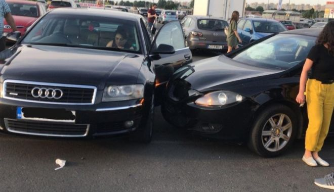 Foto: Accident rutier în parcare la Vivo. O femeie a fost rănită