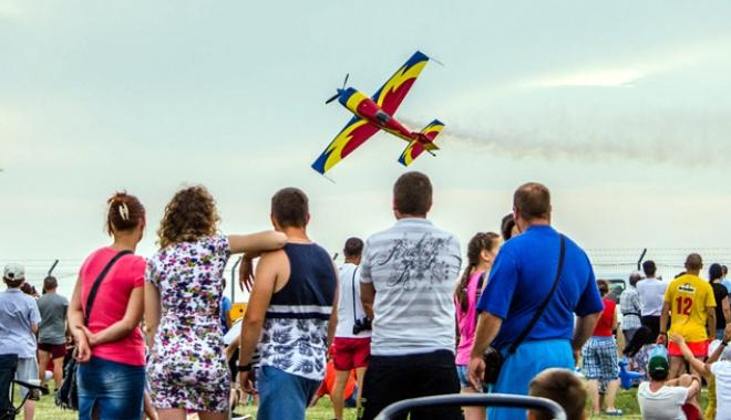 Foto: Show aviatic la limita imposibilului în acest week-end
