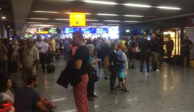 Foto: Aeroportul Charles de Gaulle, EVACUAT. A fost găsit un pachet suspect