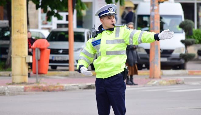 Un agent de poliţie va avea 4.200 lei salariu. Nu acum, ci peste 4 ani. Cum arată grila gogoşil... salariilor din Poliţie - agentpolitiarutieradirijeazatraf-1498734375.jpg