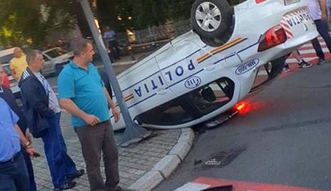 GALERIE FOTO / Accident spectaculos. Mașină de poliție răsturnată chiar în fața sediului - agfzad0zyty1nte0yzu5zjm5mdjknjgx-1531286488.jpg