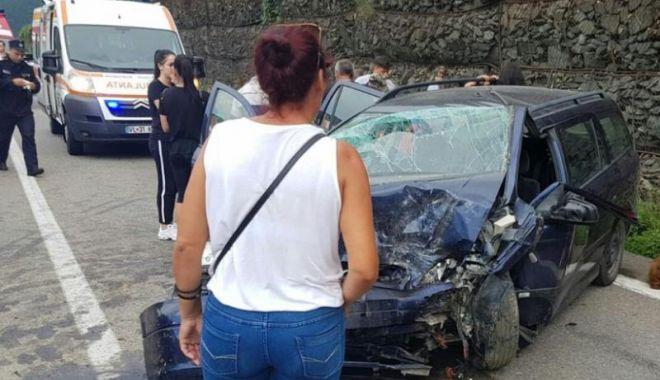 Foto: GALERIE FOTO / ACCIDENT RUTIER GRAV pe Valea Oltului. Opt persoane, între care un copil de un an, au fost rănite