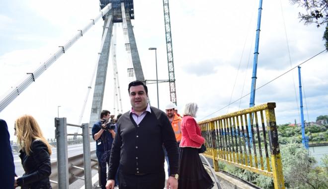 Podul Agigea, șase ani de lucrări și garanție cât un telefon. Câtă incompetență zace în instituțiile statului? - agigeaministrulrazvancuc1-1495813355.jpg