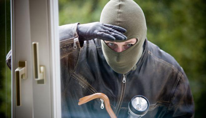 Foto: A intrat peste om în casă şi i-a furat 2.750 de euro