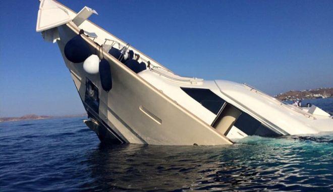 Foto: Ajutaţi de poliţiştii de frontieră după ce au rămas cu yacht-ul suspendat