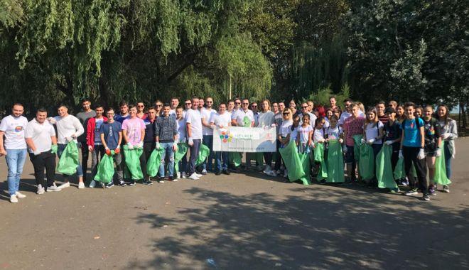 Foto: Tinerii din ALDE Constanța au colectat deșeurile  din Parcul Tăbăcărie