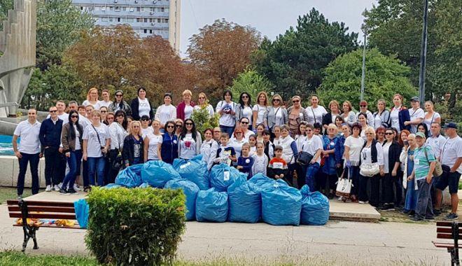Foto: Parcul de la gară, curățat și igienizat de femeile din ALDE Constanța