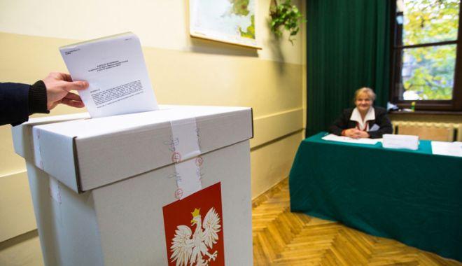 Foto: Alegeri în Polonia. Conservatorii câştigă teren în regiuni,  dar pierd marile oraşe