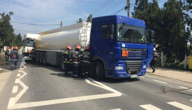 Foto: Accident rutier, cu dou� cisterne implicate