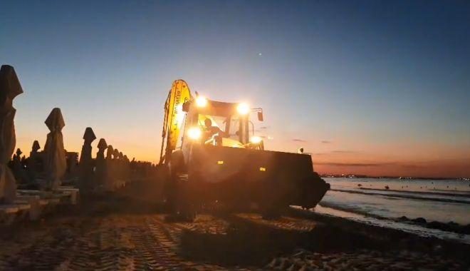 Foto: VIDEO / Mii de zone de tone de alge, adunate de pe plajele românești, în ultimele zile