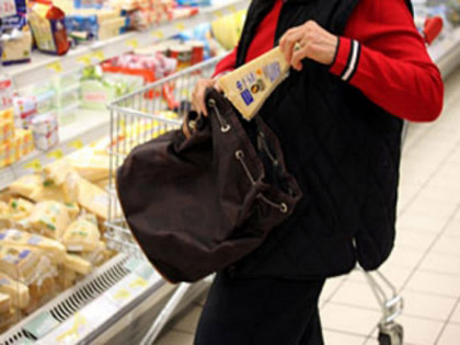 Foto: Bătrânii Constanţei au ajuns să fure alimente din magazine