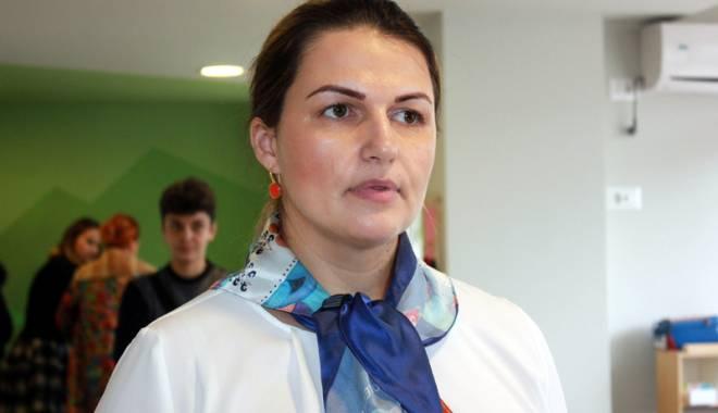 """Foto: Alina Vasea, numită Femeia Anului 2015, pentru activitatea Asociaţiei """"Dăruieşte Aripi"""""""