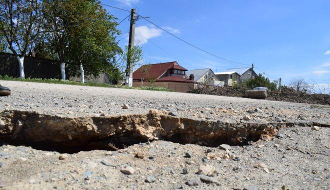 Foto: Alunecări de teren la Cumpăna. Mai multe case riscă să ajungă în Canalul Dunăre Marea Neagră