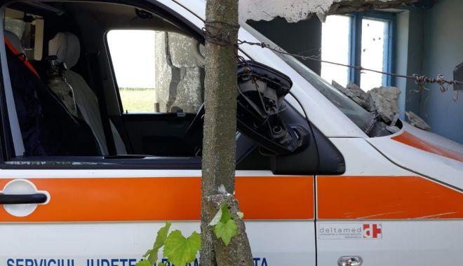 Foto: Accident cu ambulanţă, în judeţul Constanţa. Autosanitara a fost avariată