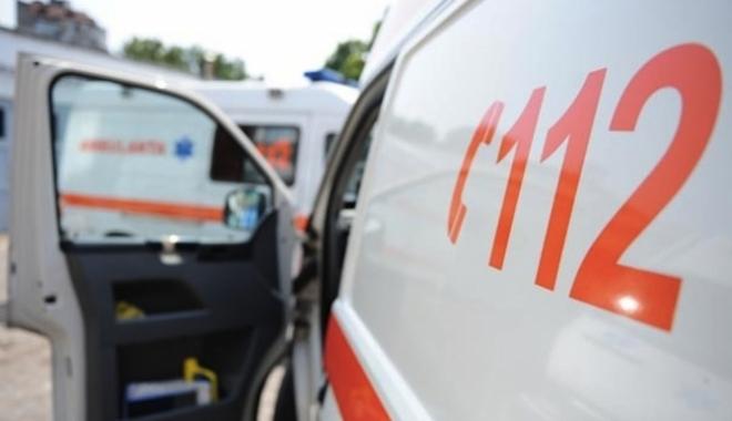Foto: Bărbat accidentat mortal de o mașină, după ce a coborât din autocar