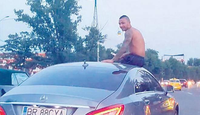 Foto: Amendat după ce s-a plimbat  pe capota maşinii prin Mamaia