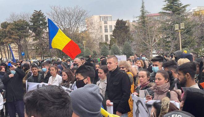 """AUR a scos oamenii în stradă și la Constanța. """"Vrem ca autoritățile să anuleze restricțiile!"""" - amenziprotest2-1617125638.jpg"""