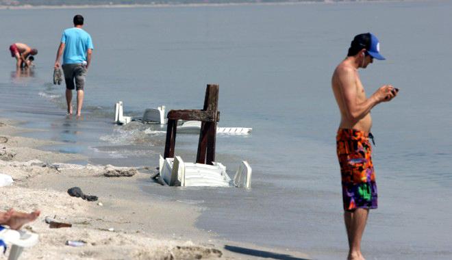 Foto: Americanii fac curăţenie pe plaja din Năvodari