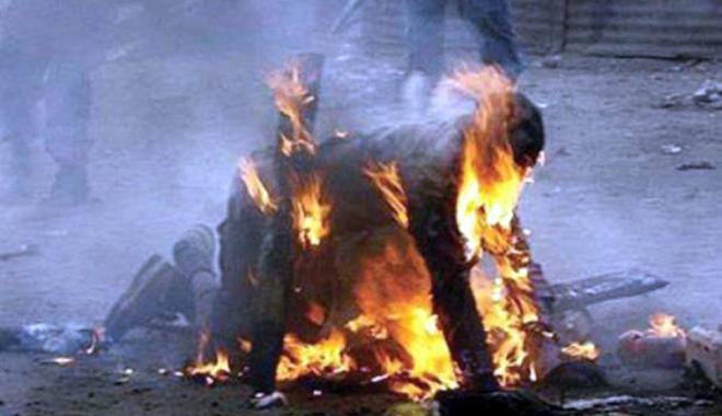 Foto: A murit după ce şi-a dat foc în faţa iubitei, din gelozie