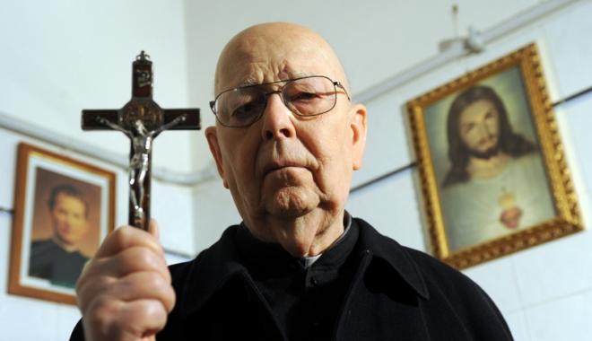 Foto: Exorcistul Vaticanului a murit. A făcut 160.000 de exorcizări în viaţa sa