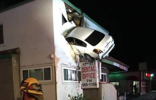 Foto: IMAGINI CA-N FILME! Un şofer drogat s-a înfipt cu maşina într-un apartament de la etajul 1