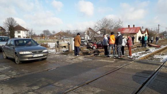 Foto: O femeie a murit după ce maşina în care se afla a fost lovită de tren