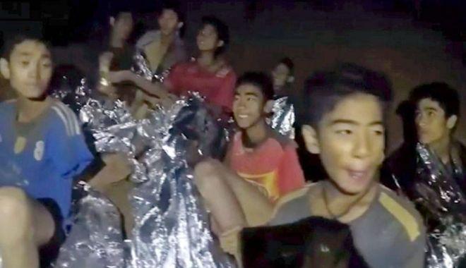 Foto: Toți cei 12 copii și antrenorul lor, scoși cu succes din peștera inundată, după 17 zile
