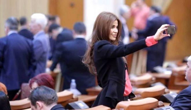 """Foto: Sexy deputata PSD, cerută în căsătorie de un fotbalist: Andreea Cosma i-a spus """"da"""" unui bărbat cu 15 ani mai tânăr decât ea"""