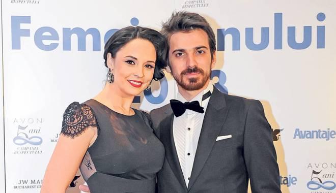 Foto: Andreea Marin şi soţul său,  cu căruciorul de bebeluşi în magazin