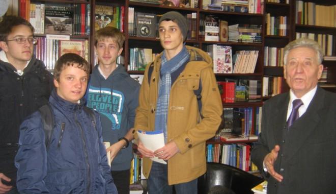 Andrei Gheorghe a oferit cărți de matematică olimpicilor - andreigheorghe1-1354825141.jpg