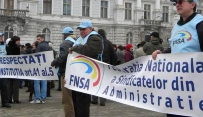 Foto: Angajaţii din administraţia locală protestează în faţa guvernului