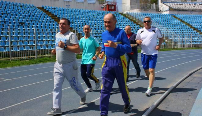 Foto: Antrenorul emerit Ioan Veliciu, sărbătorit cu fast pe pista de atletism