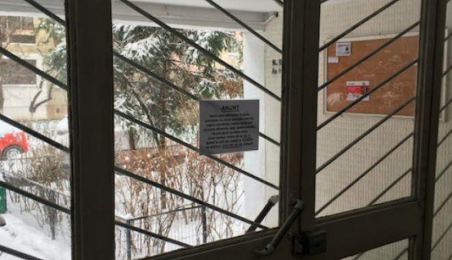 Foto: GESTUL ZILEI / Anunţul pe care un tânăr l-a lăsat în scara blocului, pentru vecinii săi