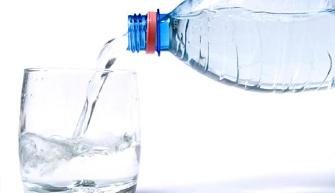 Foto: Medicamente şi pesticide, găsite în mai multe mărci de apă plată