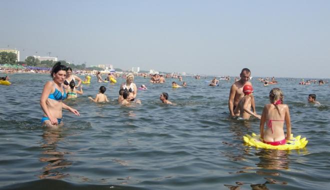 Foto: Obiceiurile mizerabile  ne costă scump.  Până când îşi vor mai face turiştii nevoile în mare?