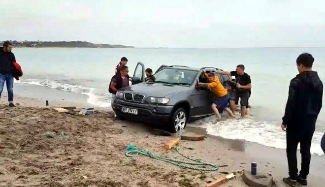 """Foto: A """"parcat"""" în buza mării, la Vama Veche. Şoferul riscă o amendă usturătoare"""
