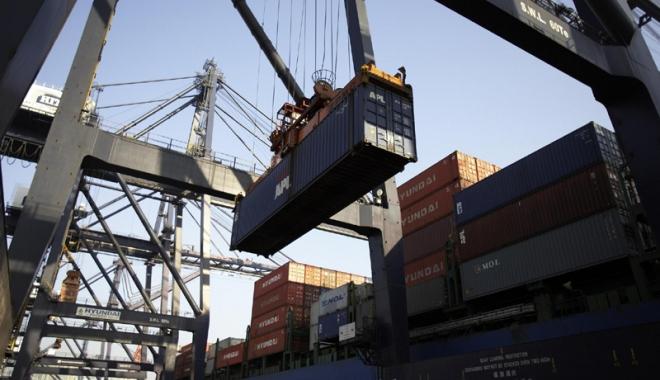 Foto: Aproape 4 km de perdele contrafăcute, confiscate în Portul Constanţa
