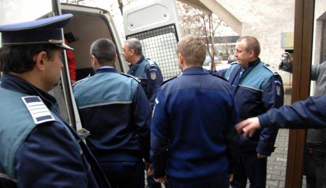 Foto: Agent de poliţie condamnat la închisoare pentru mai multe infracţiuni