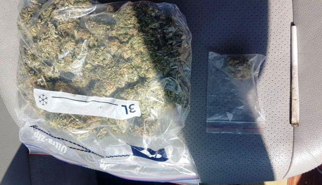 Foto: Arestat după ce a fost prins cu peste 100 de grame de cannabis în maşină
