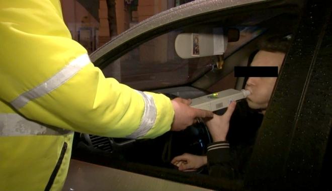 Foto: CAZ INCREDIBIL! Poliţist beat ca şoferul pe care-l pusese să sufle-n fiolă