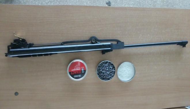 Foto: Armă şi muniţie fără documente legale, descoperite la frontiera Ostrov