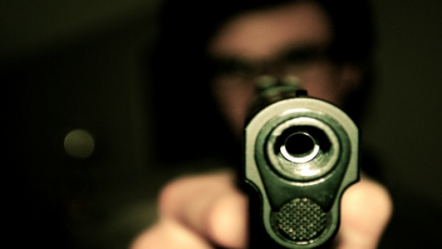 Foto: A vrut să-şi calce vecinul cu maşina şi l-a ameninţat cu pistolul!