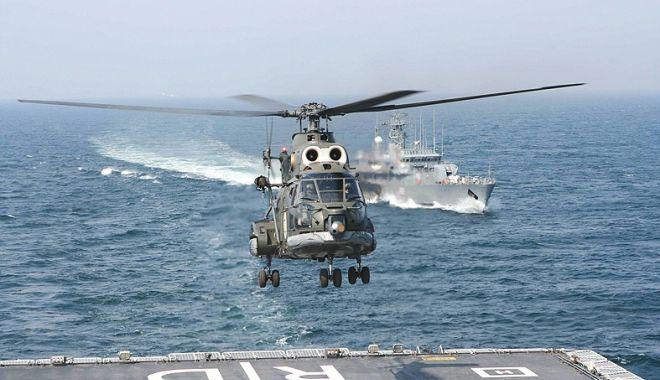Foto: Militari de elită! Ofiţeri de marină, piloţi de elicopter