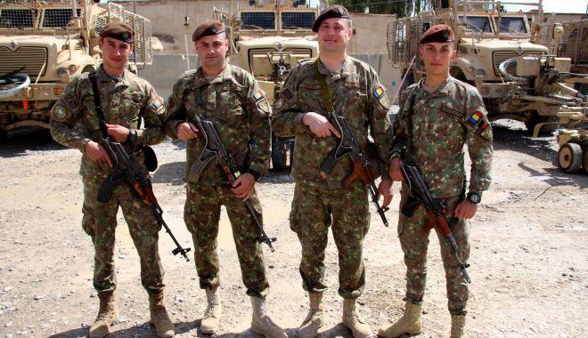 """Foto: Doi fraţi şi unchii lor, misiune în Afganistan. """"Suntem uniţi!"""""""